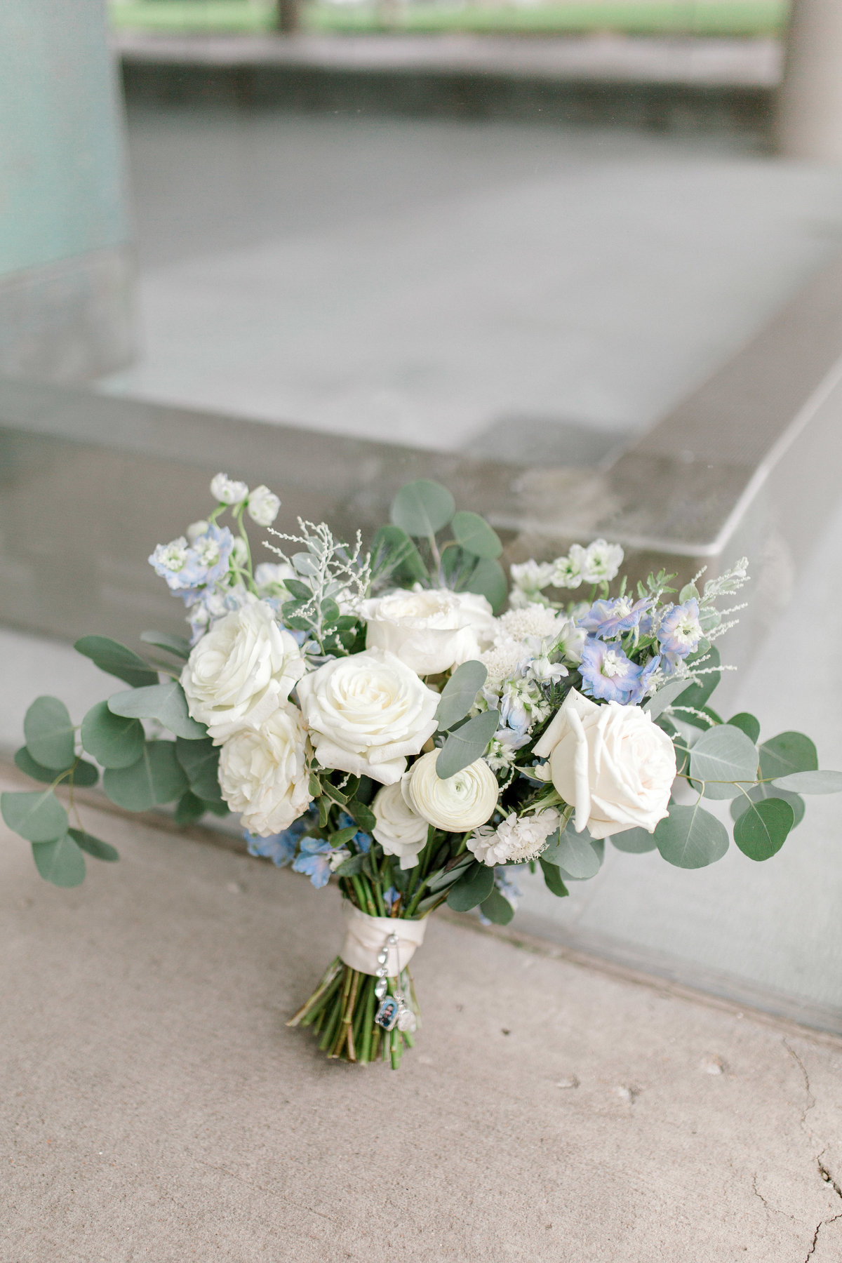 omaha wedding planner and florist downtown Slowdown wedding blue and white by Lindsay Elizabeth Events138