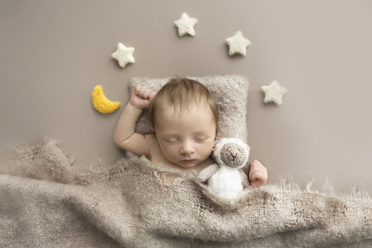 columbus-ohio-newborn-photographer-baby-boy-in-neutrals-counting-sheep-amanda-estep-photography