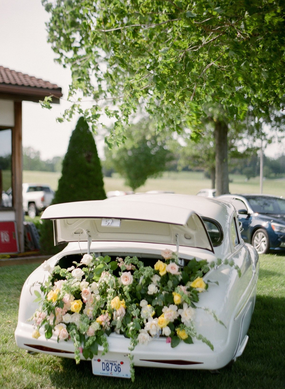 hillary-j-events-st-louis-weddings-flowers-trunk-antique-car