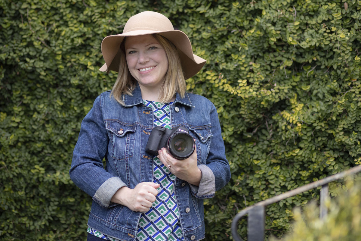 monroe_photographer_a_focused_life_photography_personal_brand_photo_branding_athens_founders_garden_photographer_smiling_holding_camera_hat