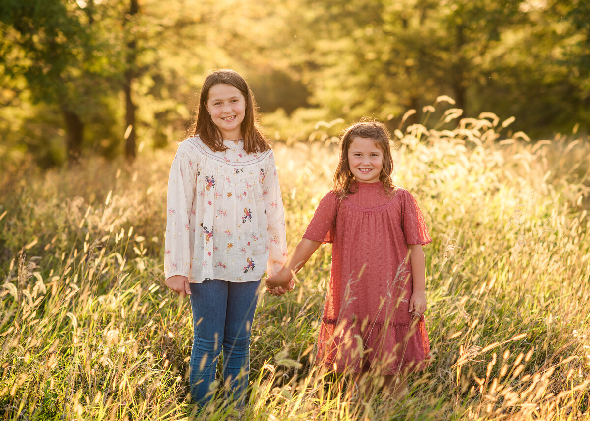 Des-Moines-Iowa-Family-Photographer-Theresa-Schumacher-Photography-Golden-Hour-Grass-Sisters