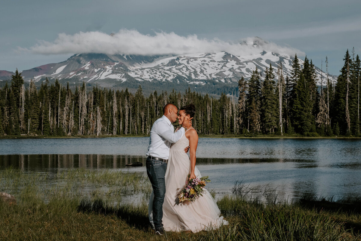 sisters-bend-oregon-summer-wedding-elopement-photographer-dress-scenic-byway-wedding-deewright-observatory-4508