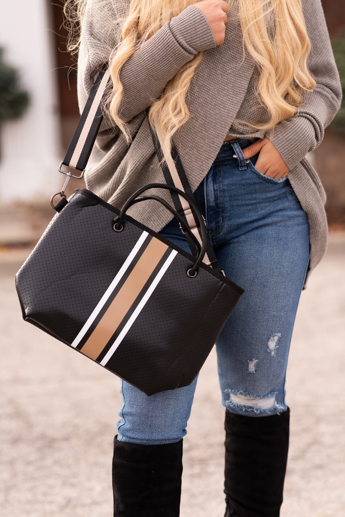 Autumn-Fashion-Boutique-woman-holding-bag-boutique-photographer-iowa-262