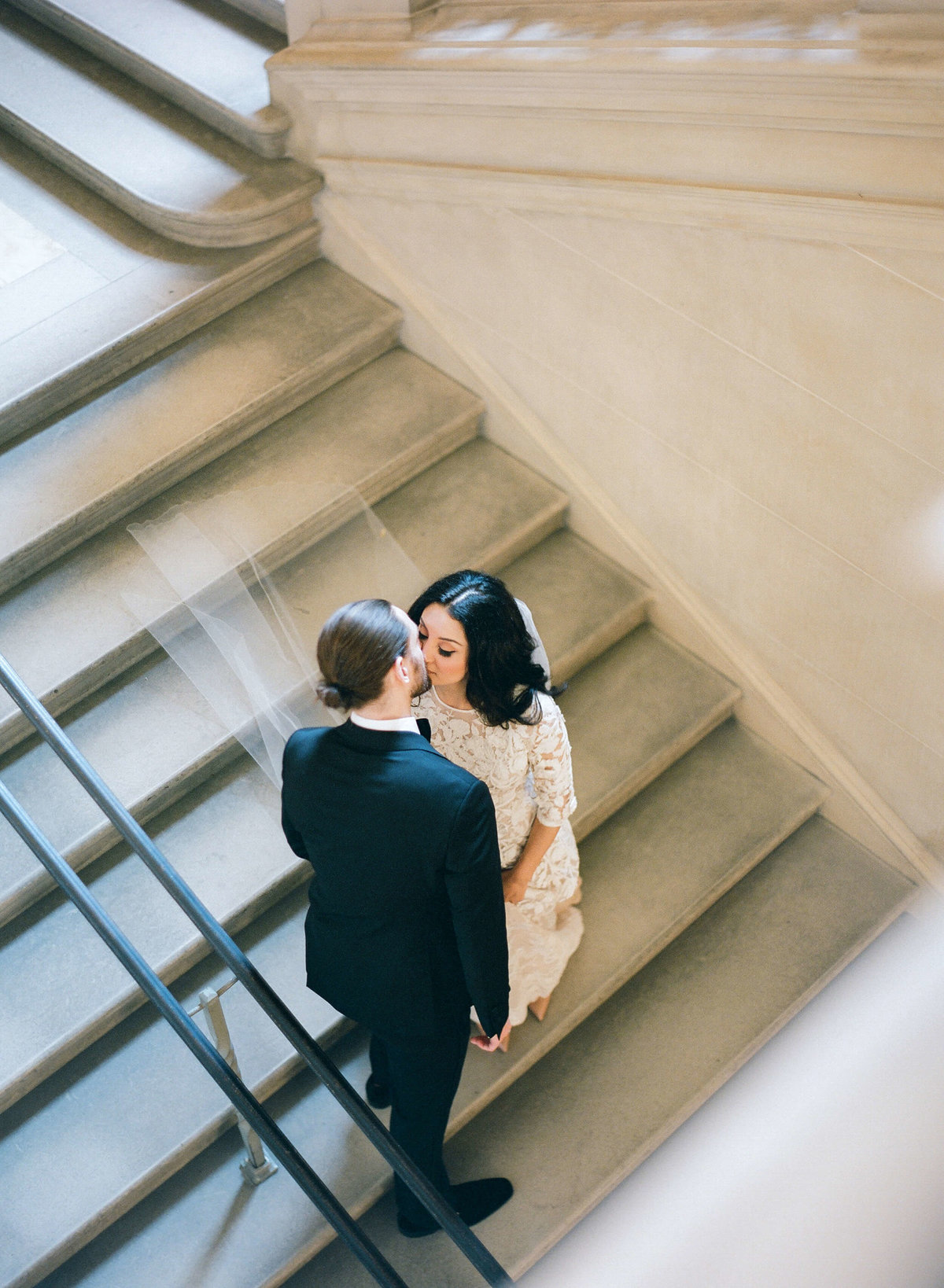22-KTMerry-wedding-portrait-staircase-kiss