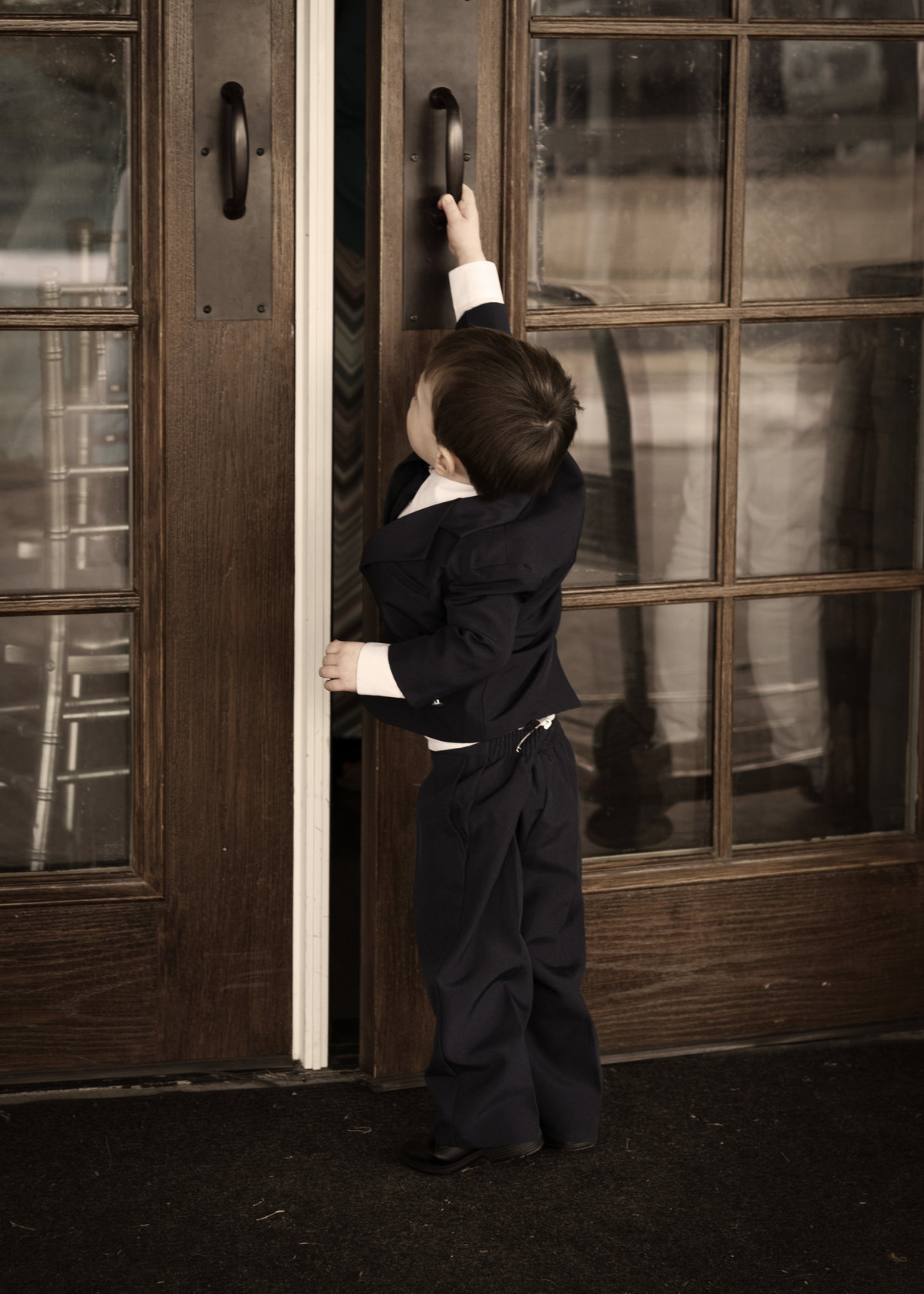 Sioux Falls wedding photography boy opening door at blue haven barn South Dakota