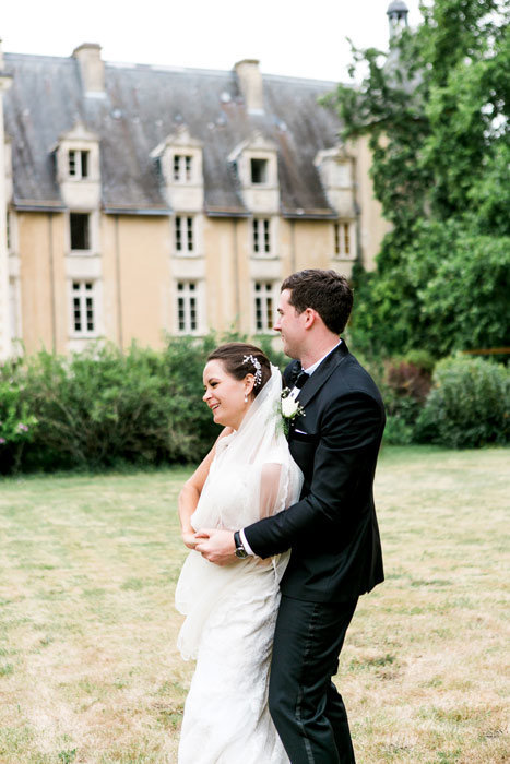 Photo de couple . Mariage  au Chateau St Julien l'Ars