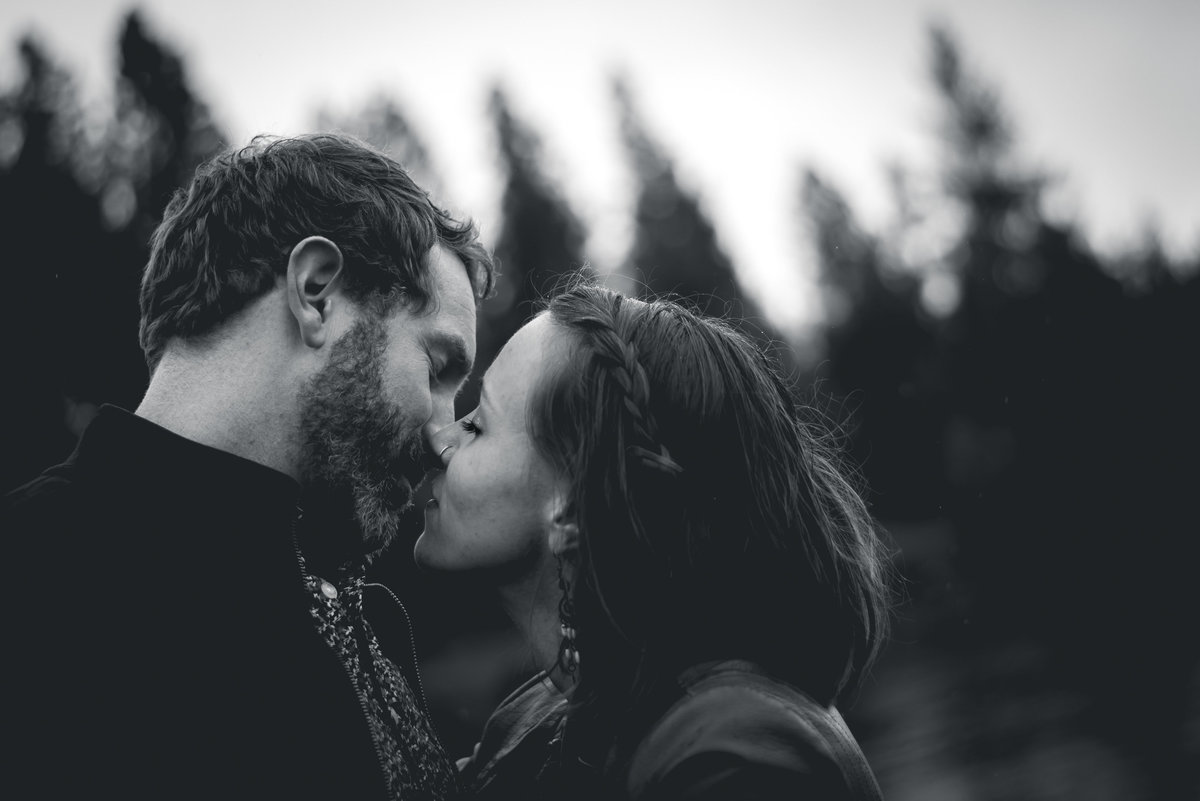 outdoor-intimate-couple-portrait-photographer
