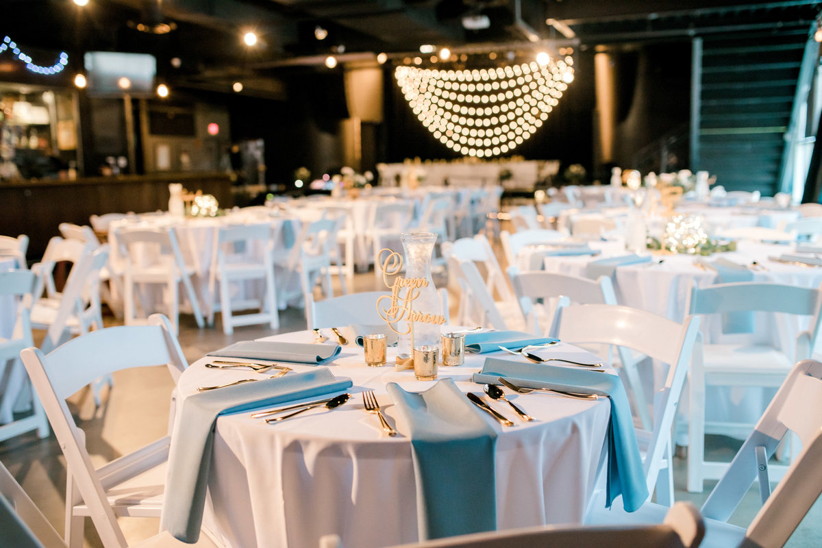 omaha wedding planner and florist downtown Slowdown wedding blue and white by Lindsay Elizabeth Events25