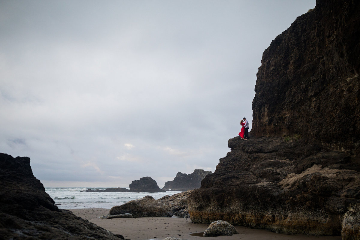 Oregon-oceanside-elopement-couples-photography-session-beach_(8_of_8)