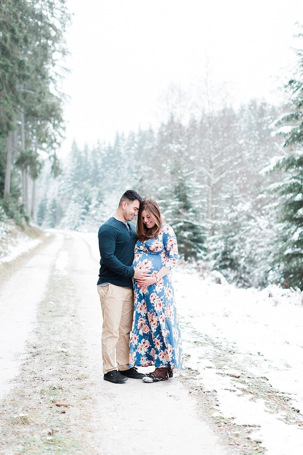 Snowy winter maternity session photographed by Alicia Yarrish Photography