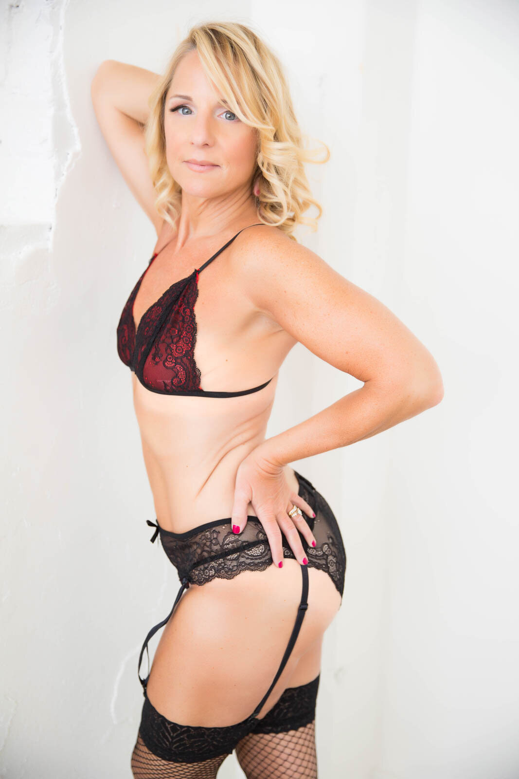 Syracuse-boudoir-women-in-red-and-black-lingerie-with-stockings
