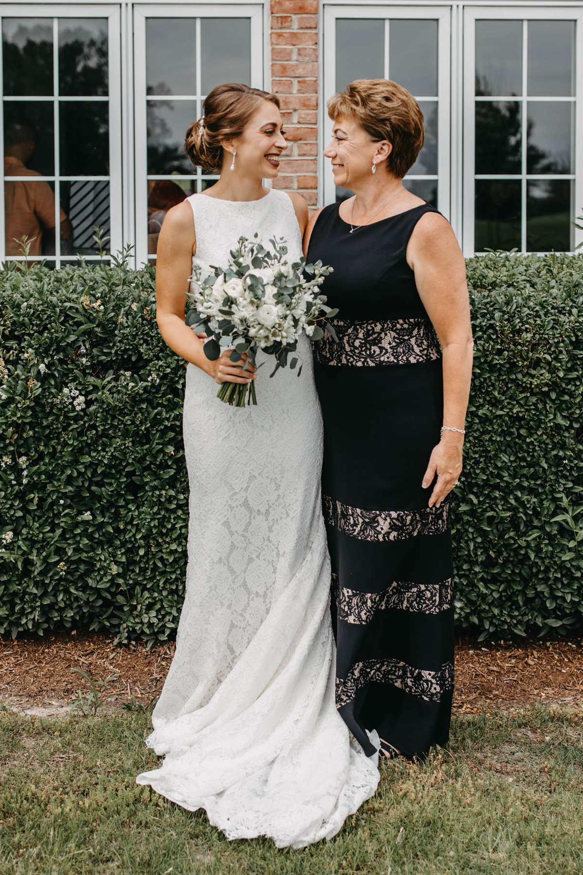 mother-and-daughter-wedding-day-photo-candid-5