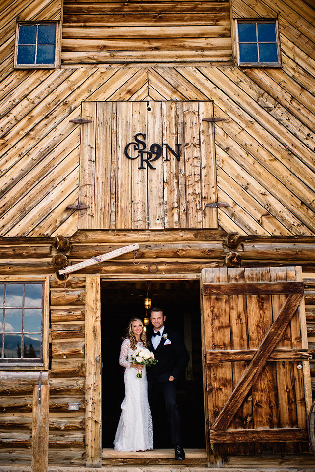 Strawberry-Creek-Ranch-Modern-Minimalist-Outdoor-wedding-in-Granby-Colorado-in-Barn