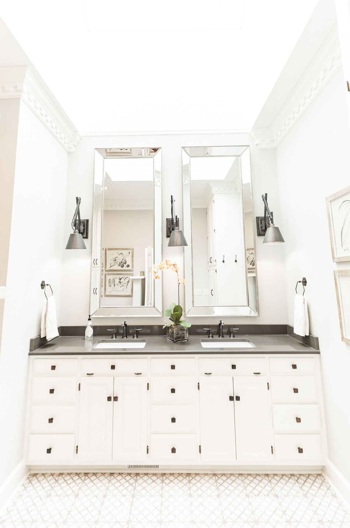 bright-white-airy-black-accents-bathroom-decor1