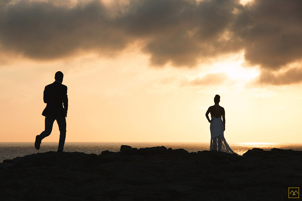 Amedezal-wedding-photographe-mariage-lyon-inspiration-Formentera-robe-Gervy-surmon31-alliances-Antipodes-MonTrucenBulle-PauletteDerive-run-couple-coucher-soleil