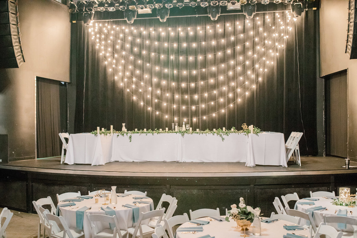 omaha wedding planner and florist downtown Slowdown wedding blue and white by Lindsay Elizabeth Events32