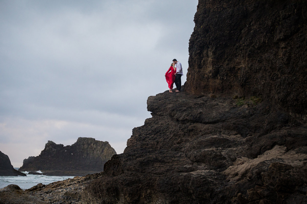 Oregon-oceanside-elopement-couples-photography-session-beach_(5_of_8)