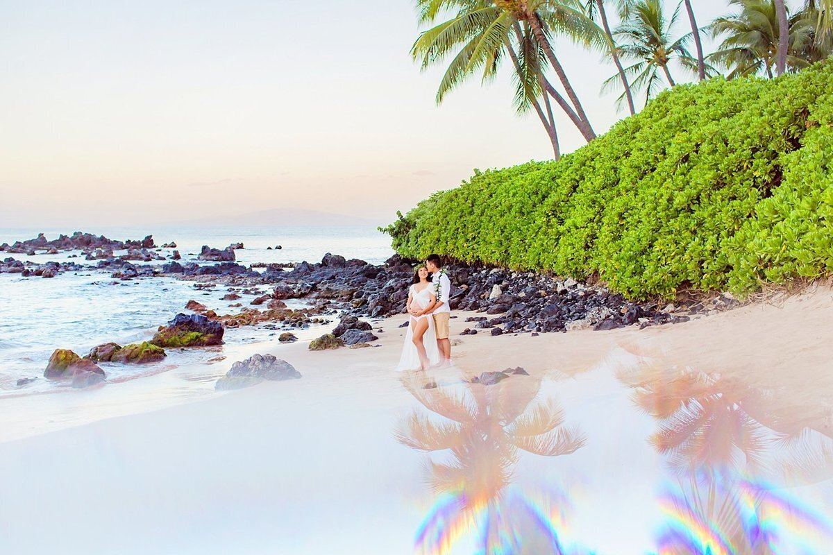 Prism maternity portrait with palmtree reflections on Maui at the beach