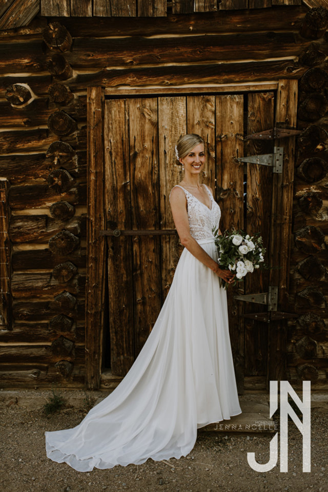 granby-colorado-strawberry-creek-ranch-classic-mountain-wedding-in-the-summer-bride-outside-the-bridal-suite