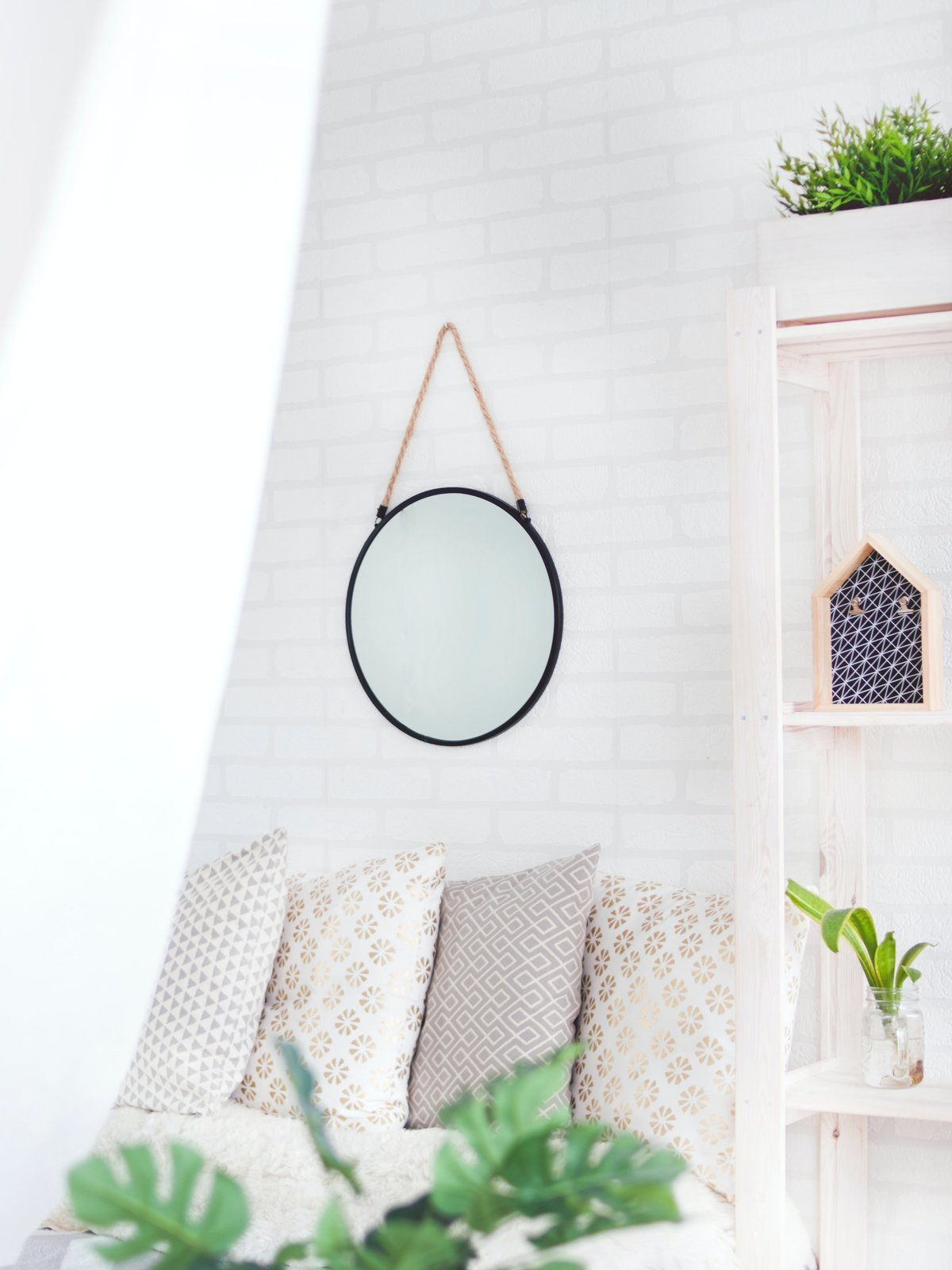 round-black-framed-mirror-on-the-wall-905198