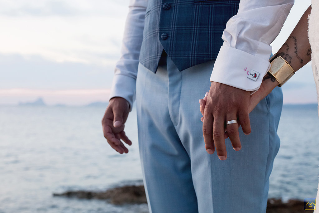 Amedezal-wedding-photographe-mariage-lyon-inspiration-Formentera-bijoux-hands-lovers