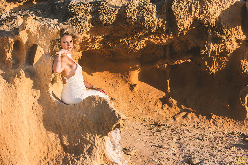 Amedezal-wedding-photographe-mariage-lyon-inspiration-Formentera-robe-Gervy-surmon31-alliances-Antipodes-MonTrucenBulle-PauletteDerive-regard-femme-mode-fashion