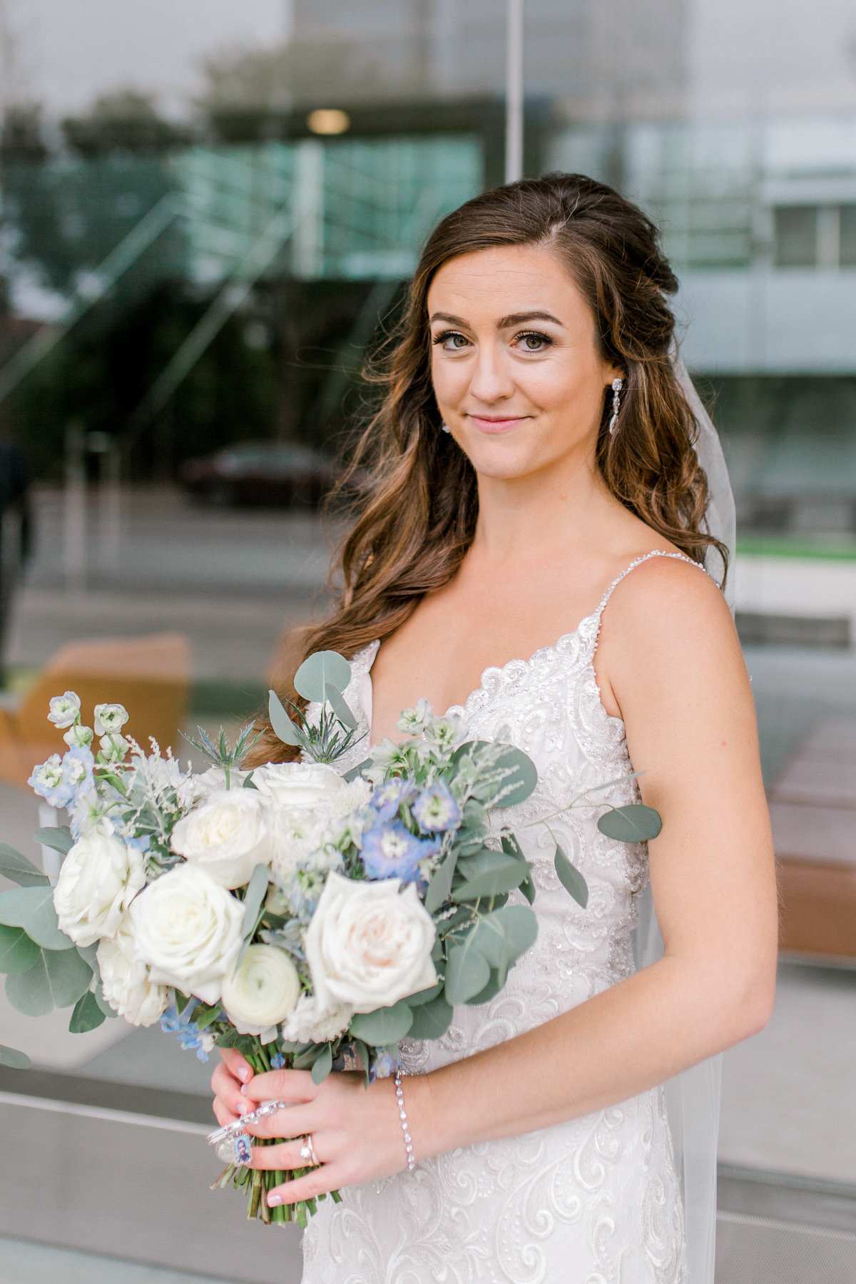 omaha wedding planner and florist downtown Slowdown wedding blue and white by Lindsay Elizabeth Events113