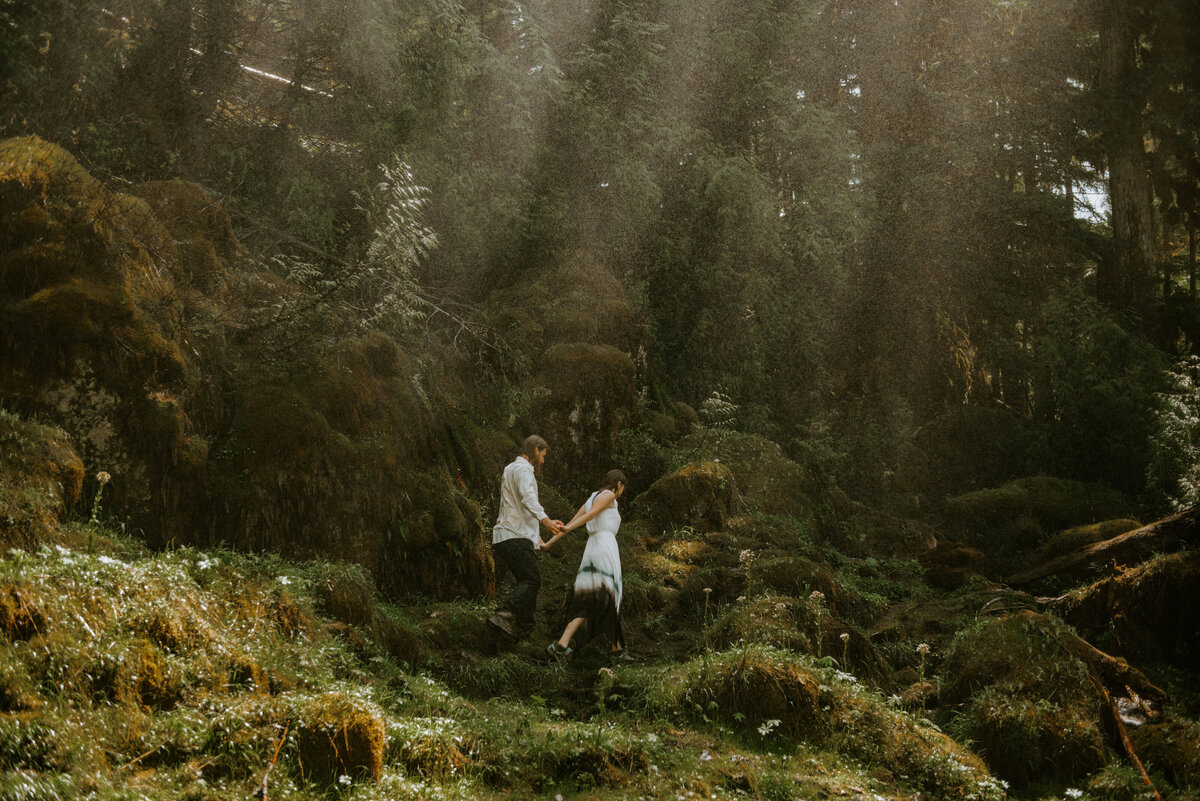sahalie-falls-summer-oregon-photoshoot-adventure-photographer-bend-couple-forest-outfits-elopement-wedding8460