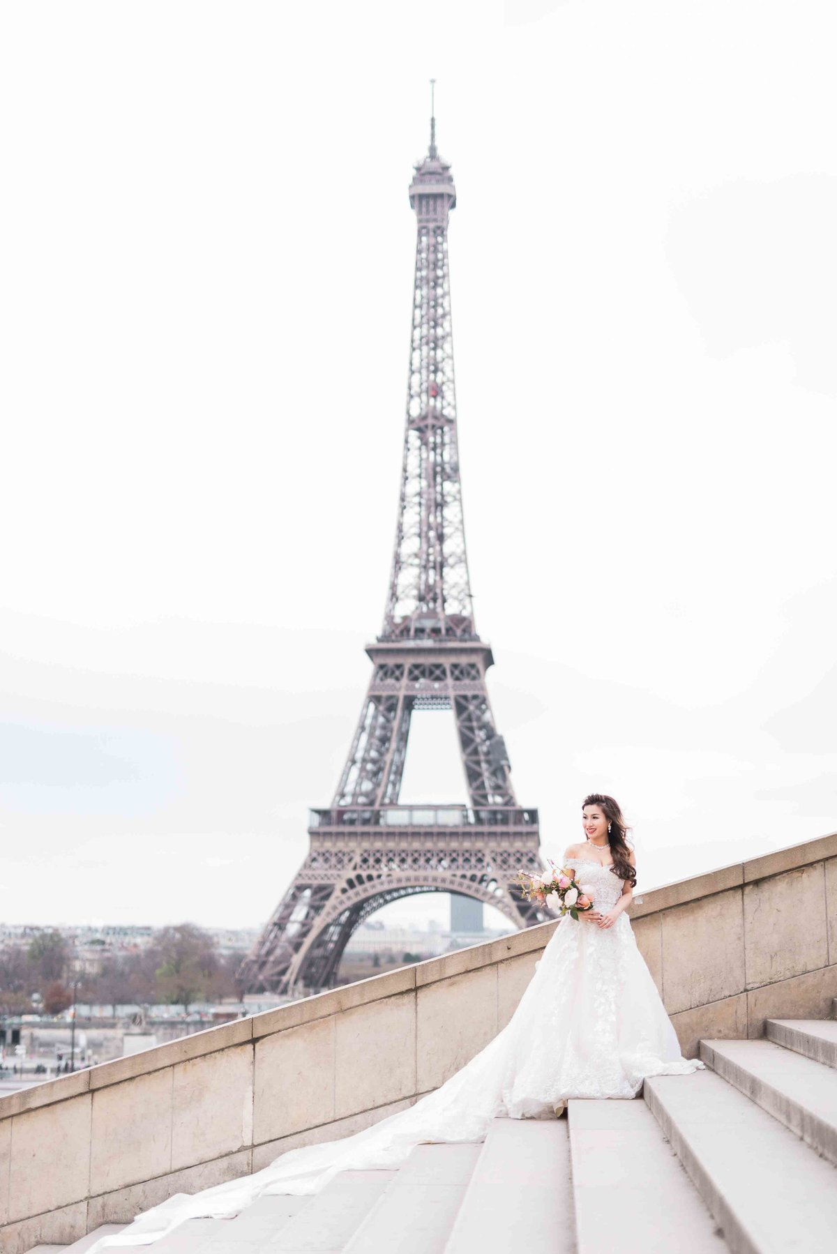 laure_lalliard_design_ClaireMorrisPhoto_bridal_bouquet_paris_eiffel_tower