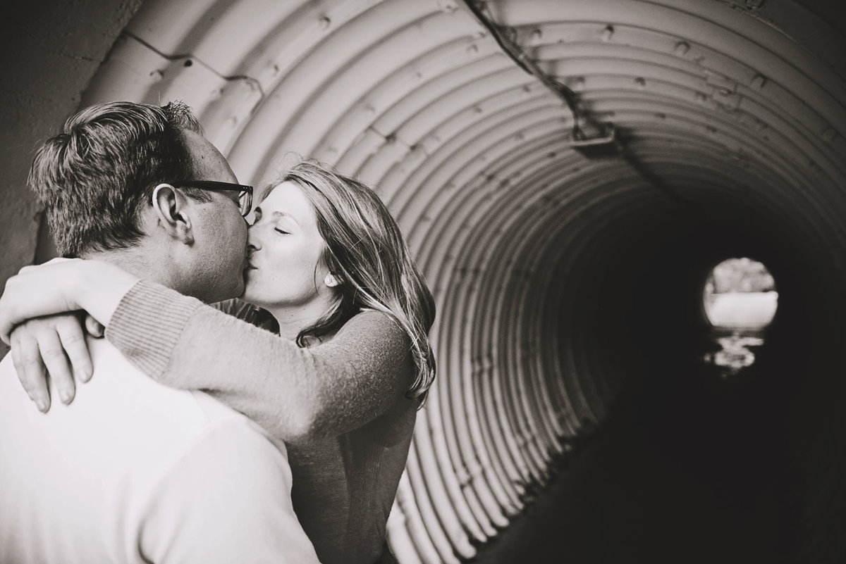couple_kissing_tunel
