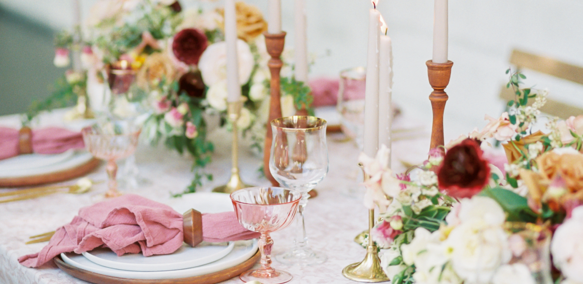 leigh-and-mitchell-seattle-wedding-planner-tabletop-design-pink