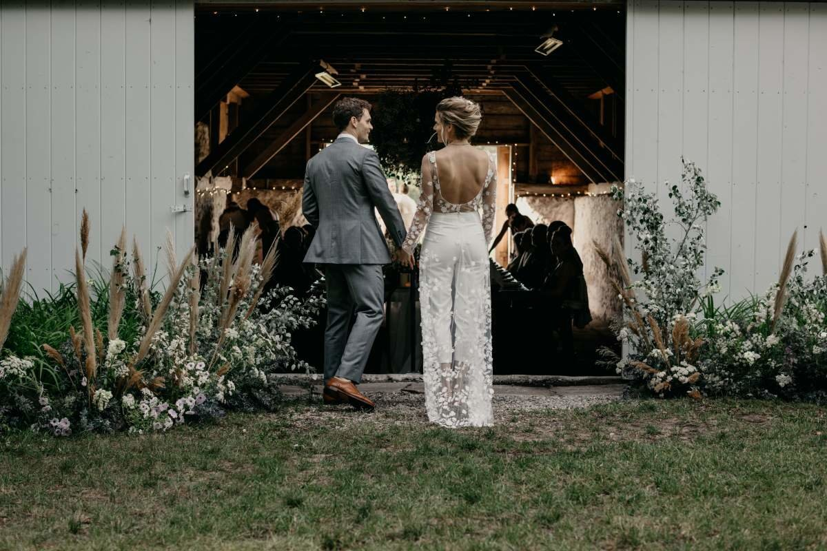 Lake-leelanu-barn-wedding