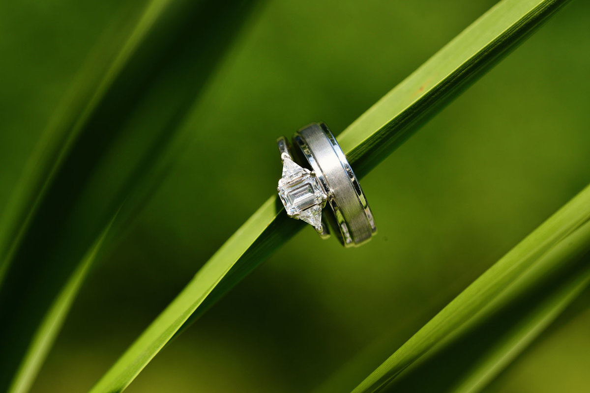 wedding_rings_grass