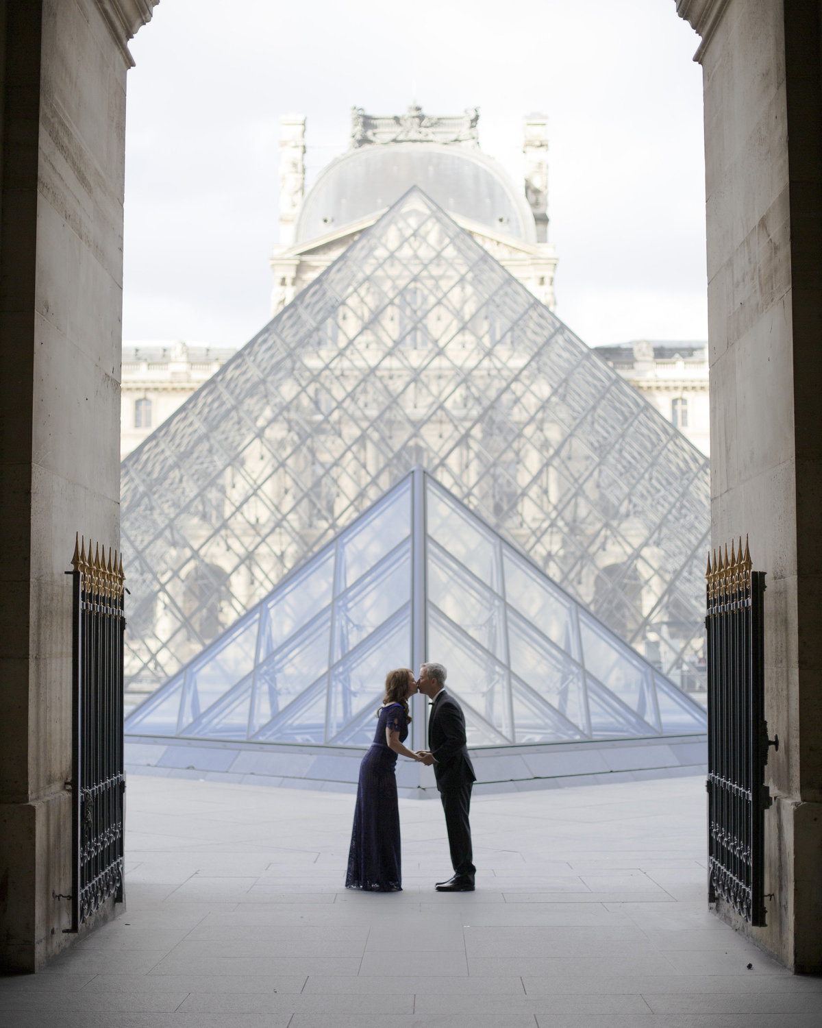 Couple kisses at the Louvre Museum 58
