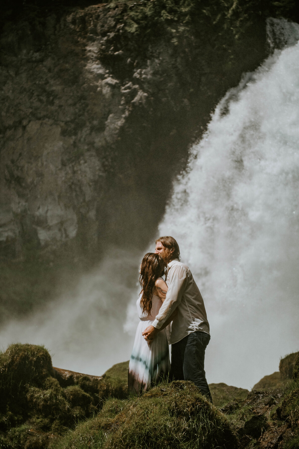 sahalie-falls-summer-oregon-photoshoot-adventure-photographer-bend-couple-forest-outfits-elopement-wedding8389