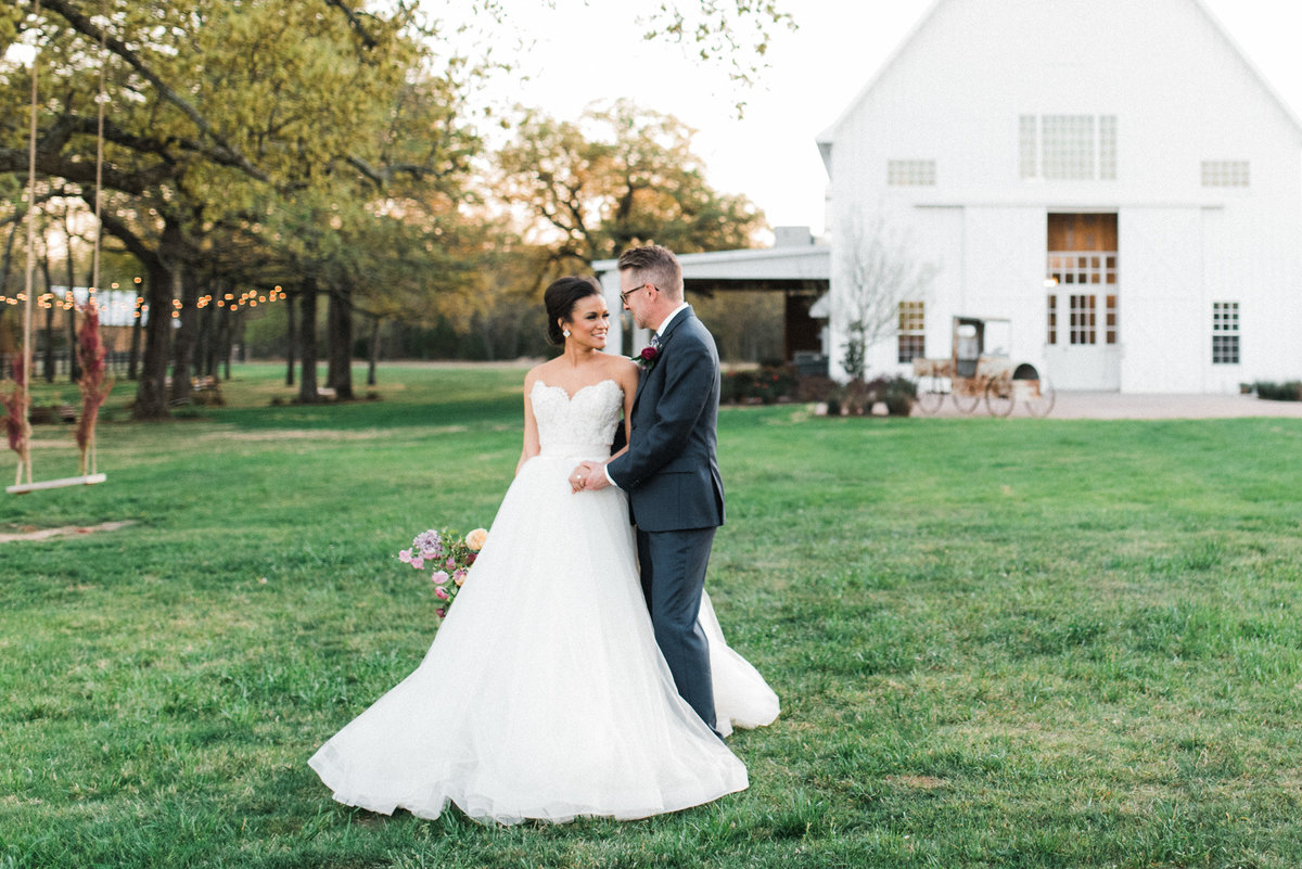 saint-louis-wedding-Photographer-dallas-the-white-sparrow-barn-3269