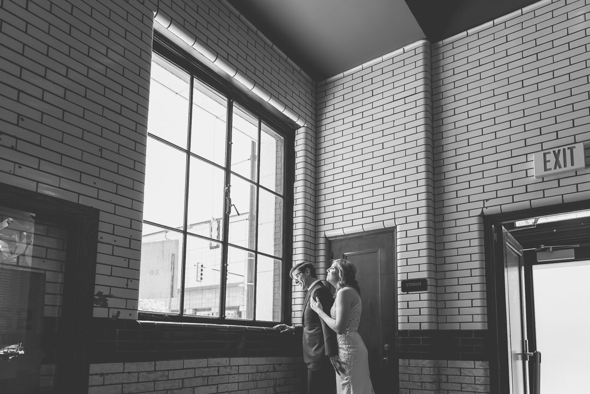 urban downtown detroit michigan wedding by kari dawson photography