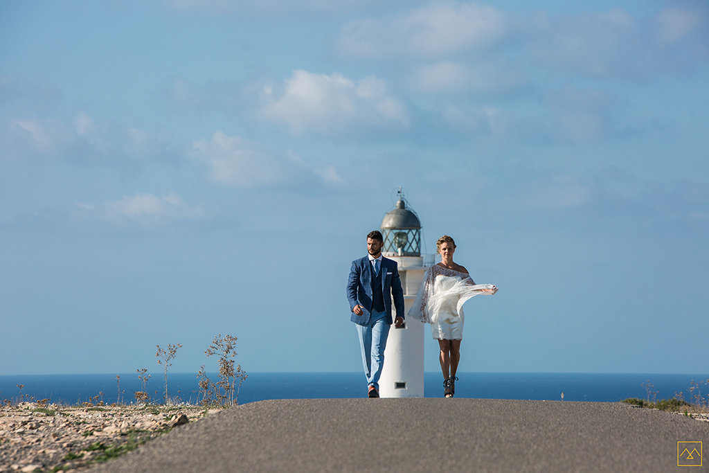 Amedezal-wedding-photographe-mariage-lyon-inspiration-Formentera-robe-Gervy-surmon31-alliances-Antipodes-MonTrucenBulle-PauletteDerive-on-the-road