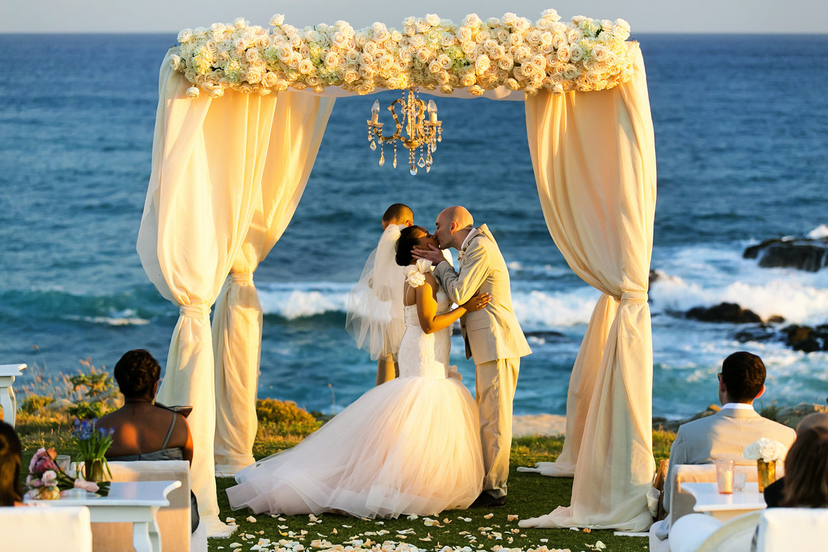 couple kiss cabo del sol golf beach wedding mexico