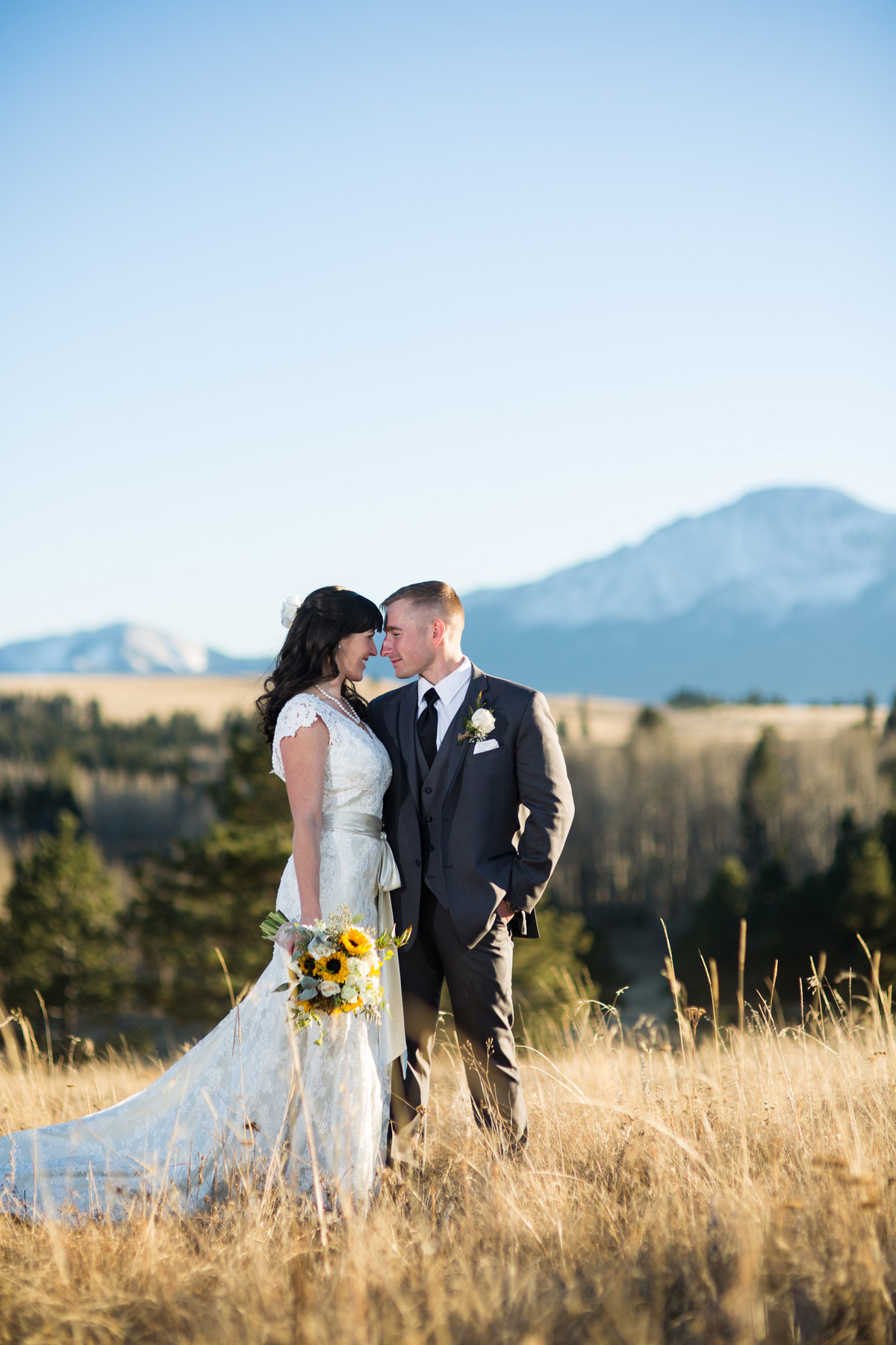 wedding couple with view of pikes peak