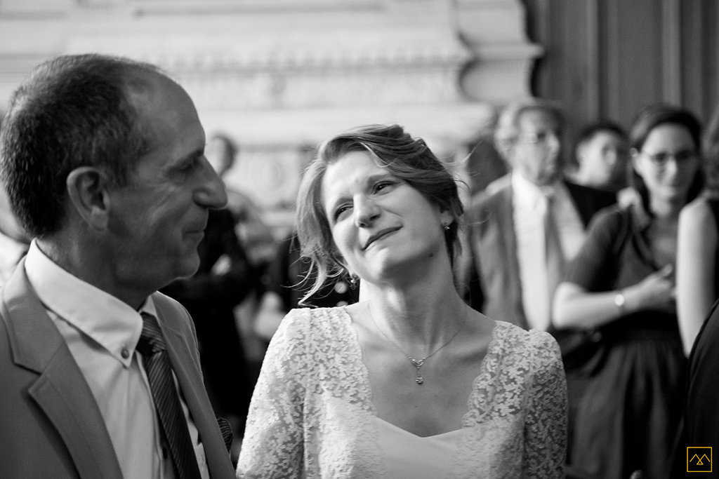 Amedezal-wedding-photographe-lyon-paris-reportage-mariage-theatre-renard-robe-laure-sagazan-regard-pere-fille-ceremonie