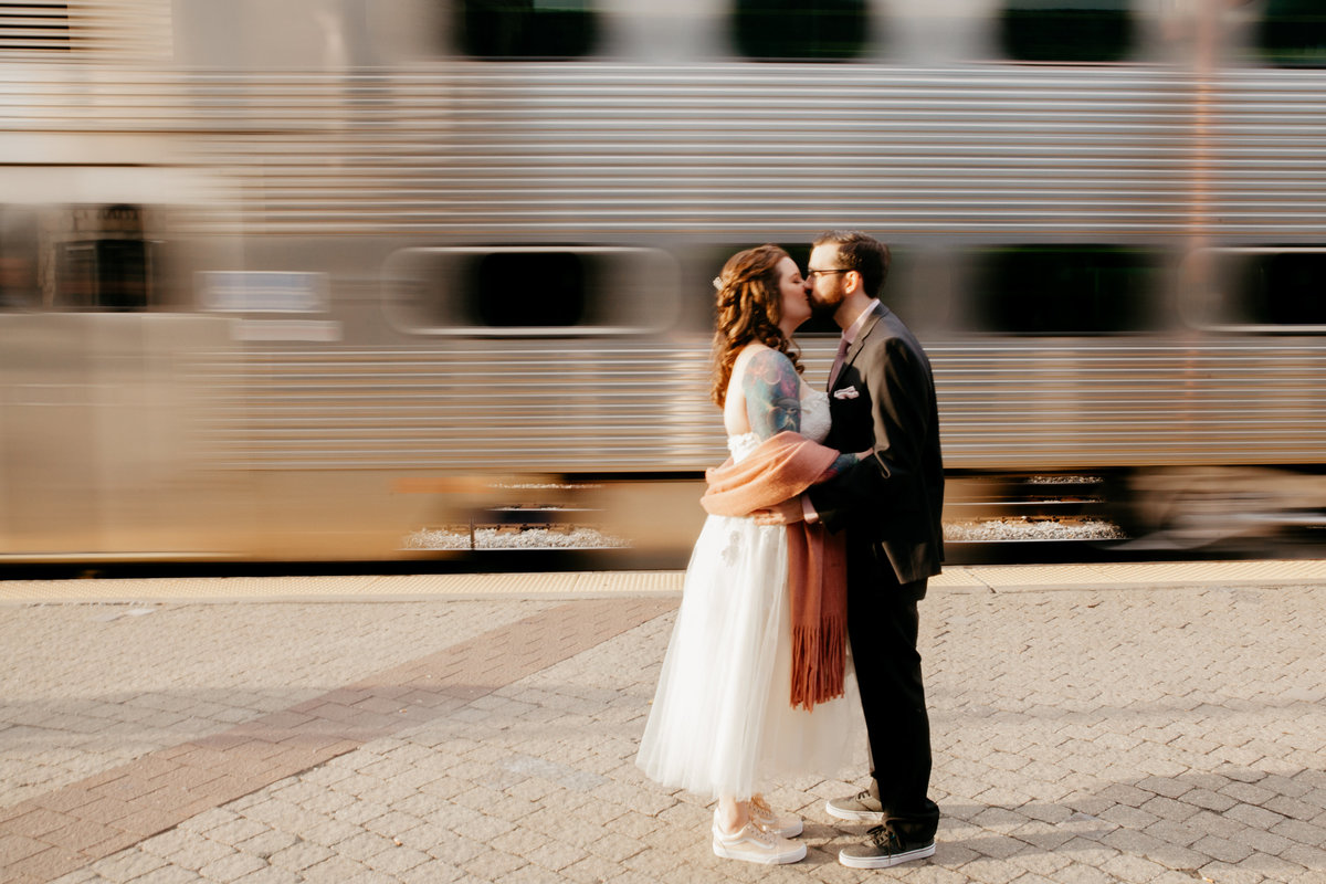 chicago-wedding-photographer-motion-train-kissing-2