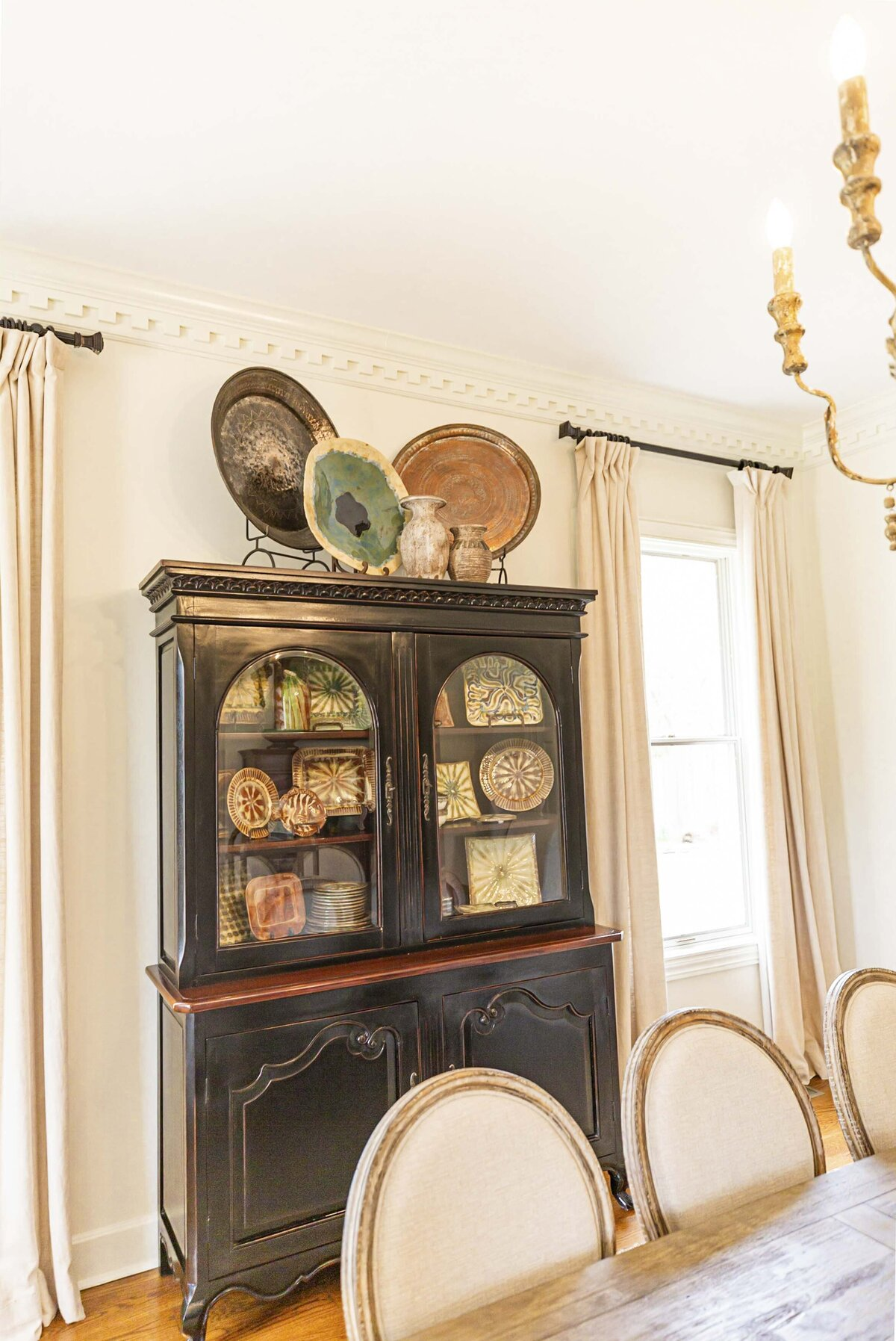 bright-dining-room-decor-textures-character-crown-molding11