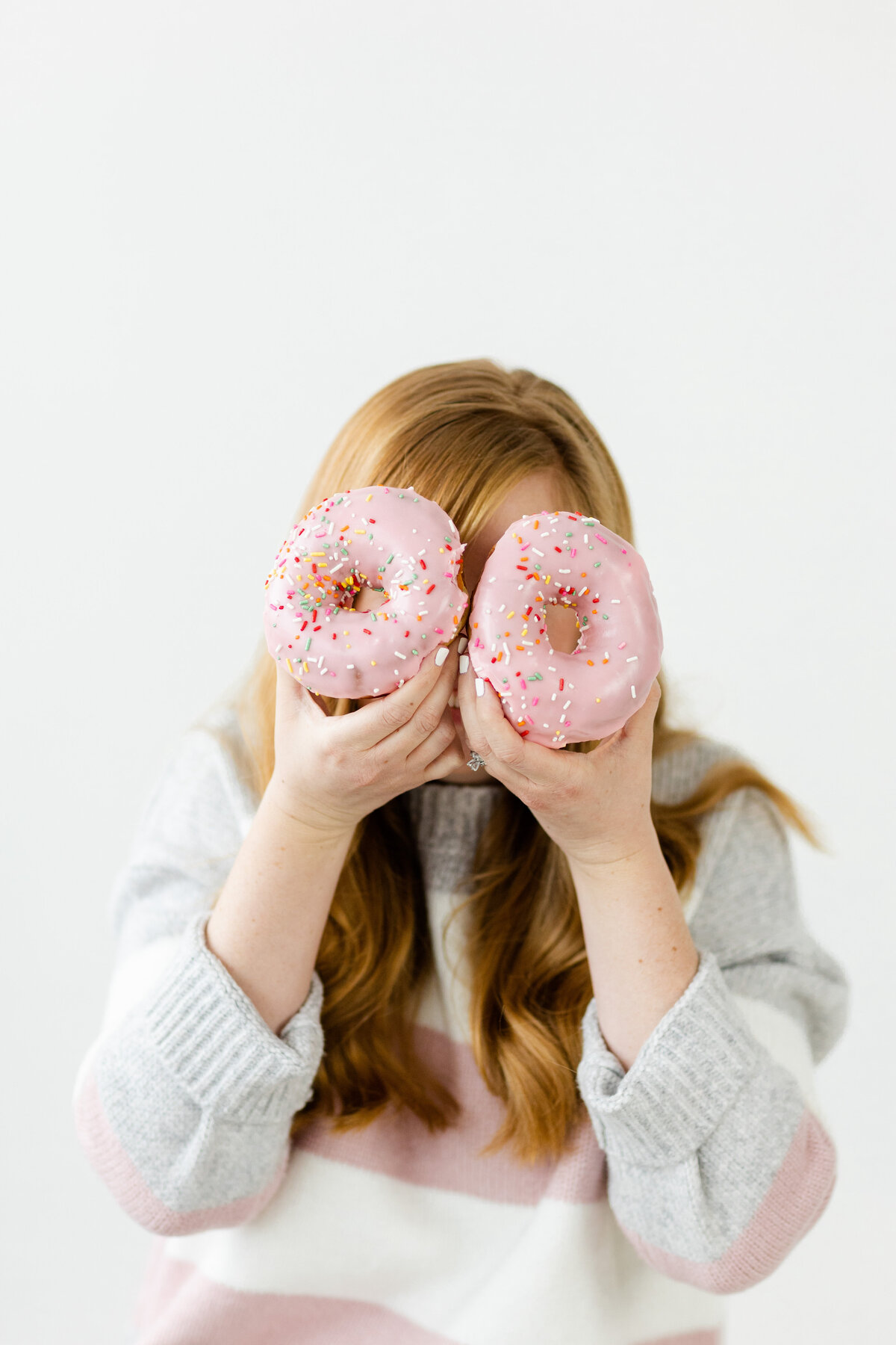 wedding photographer with donuts for brand