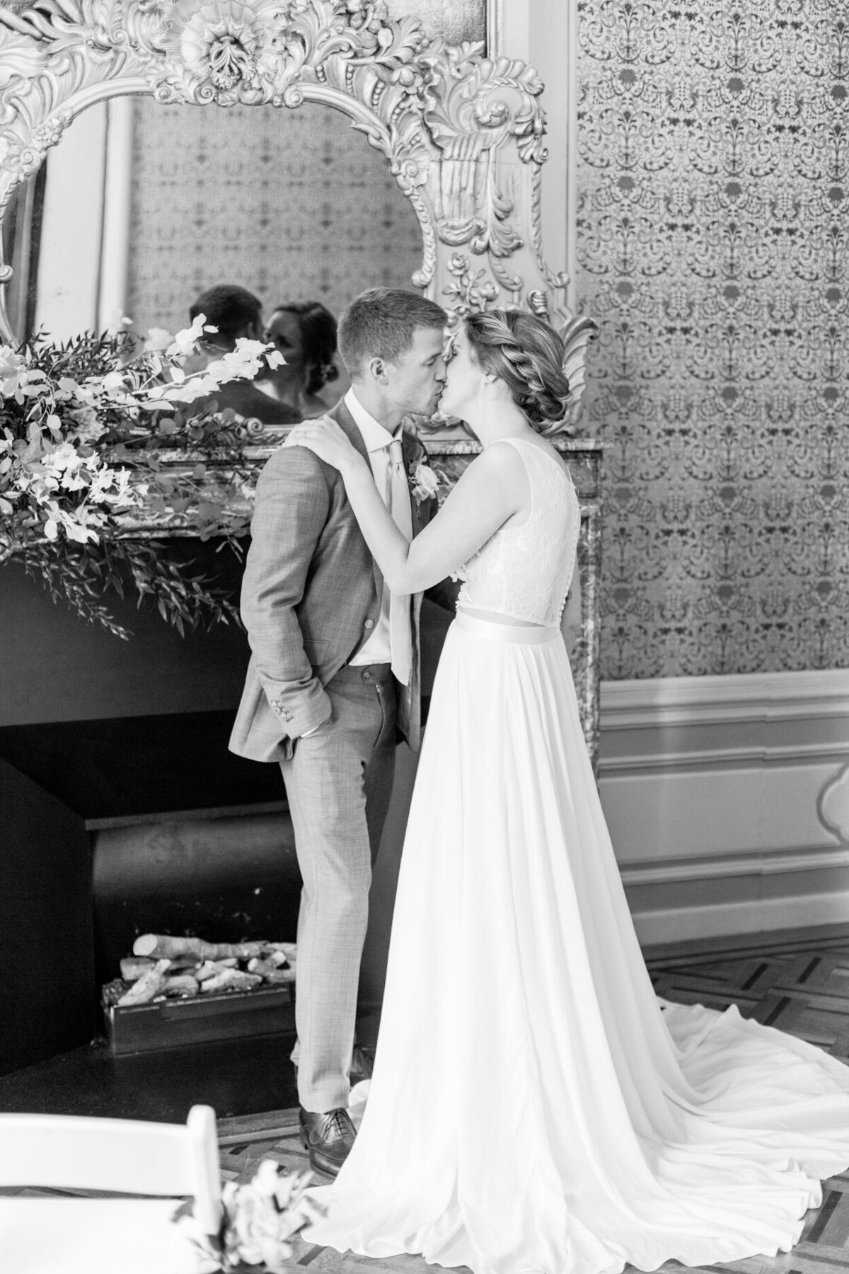 Black and white photo of the first kiss after the wedding ceremony for an intimate wedding photoshoot at the Tassenmuseum organized by Lovely & Planned