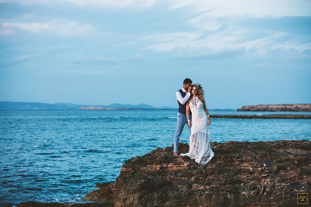 Amedezal-wedding-photographe-mariage-lyon-inspiration-Formentera-robe-Gervy-surmon31-alliances-Antipodes-MonTrucenBulle-PauletteDerive-secret-ibiza-bord-de-mer-couple-lovers