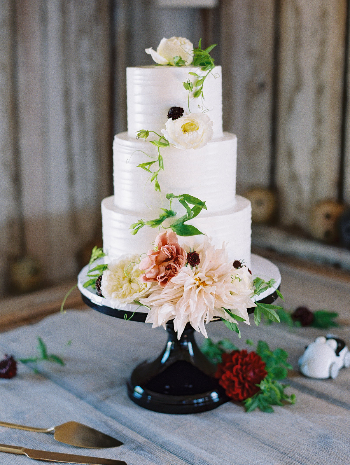 Summer wedding cake with dahlia