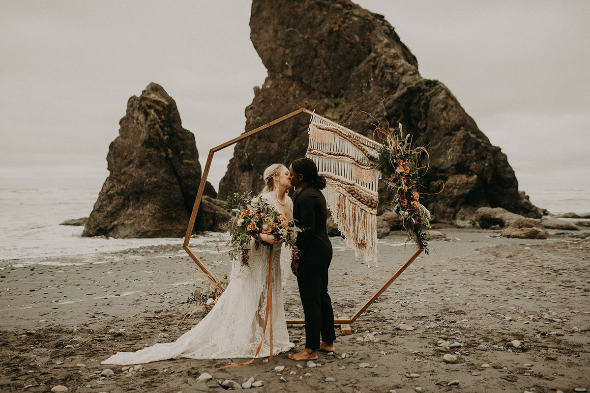 Ruby_Beach_Styled_Elopement_-_Run_Away_with_Me_Elopement_Collective_-_Kamra_Fuller_Photography_-_Ceremony-75