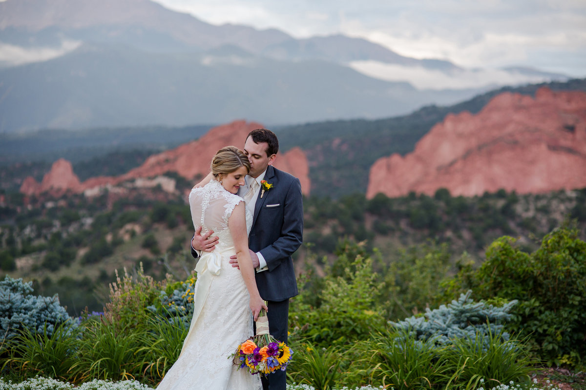 wedding couple with GOG and  pikes peak