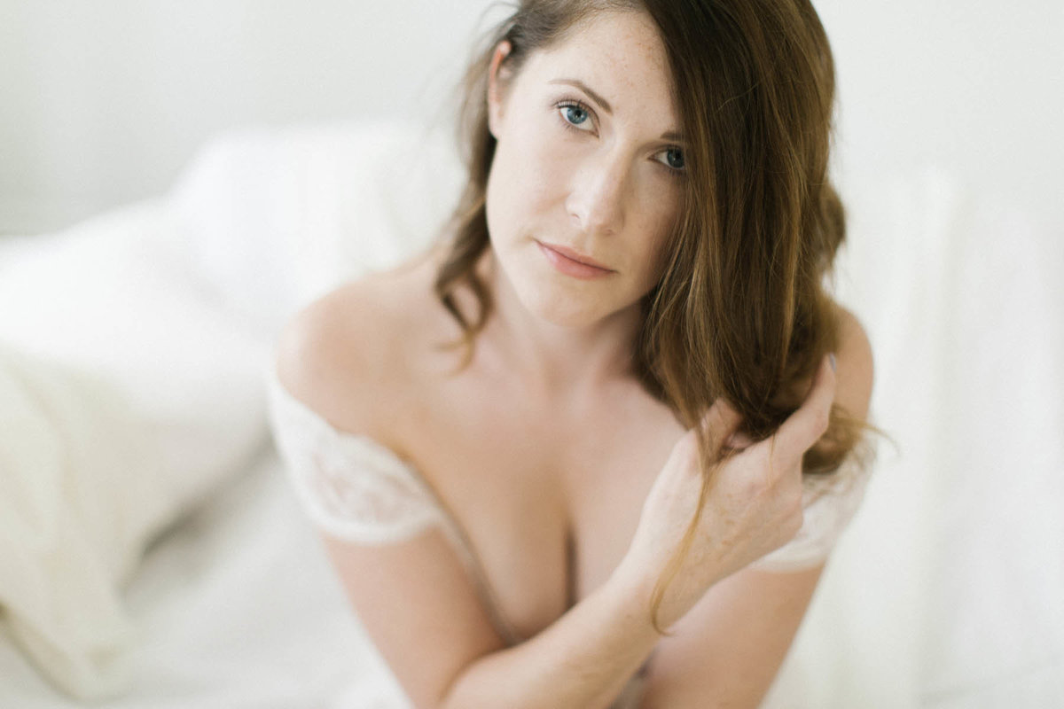 woman celebrating her 30th birthday with a boudoir session